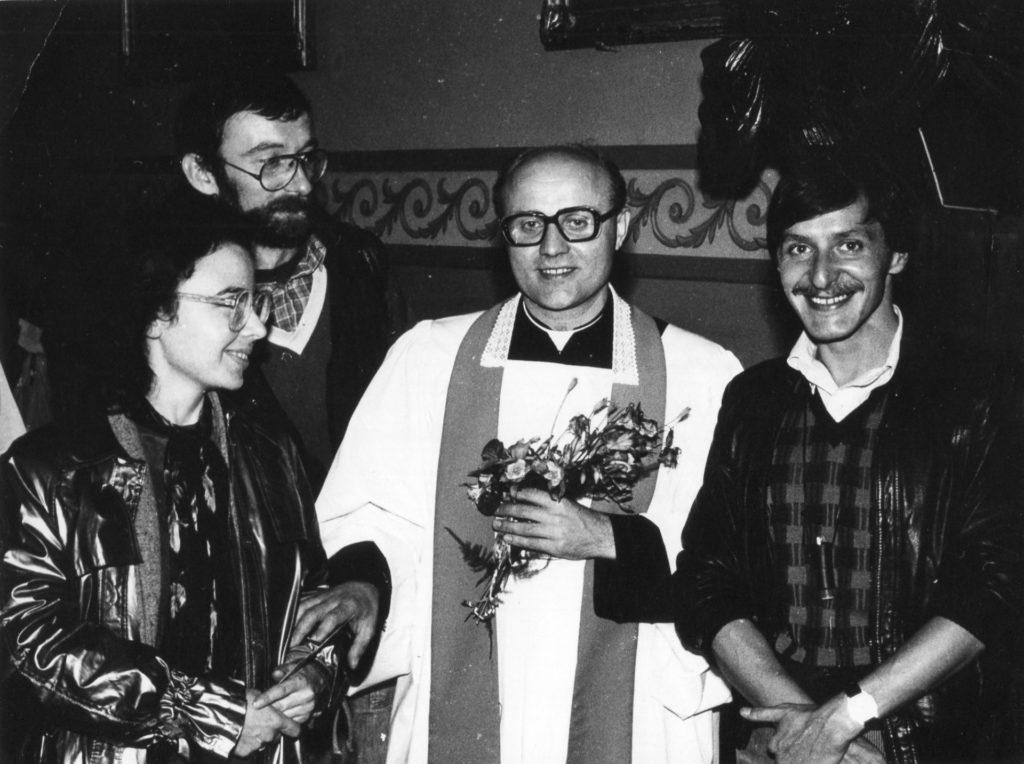 Ks. Jan z Przyjaciółmi, tuż po Mszy Świętej prymicyjnej w Wasilkowie